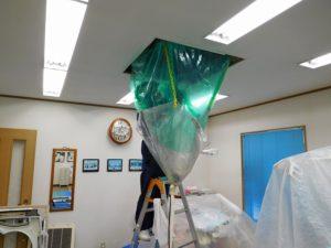 エアコン本体の熱交換器アルミフィン洗浄中