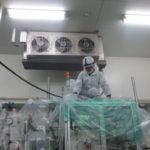 食品工場のユニットクーラー、足場を組んでの洗浄