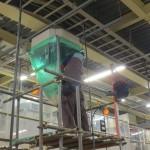 食品工場の「エアコン洗浄」 足場を組んでの作業