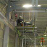 足場を組んでの工場の天吊ダクト型空調機、アルミフィン洗浄